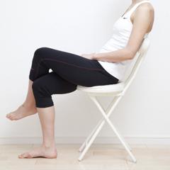 脚を組む姿勢